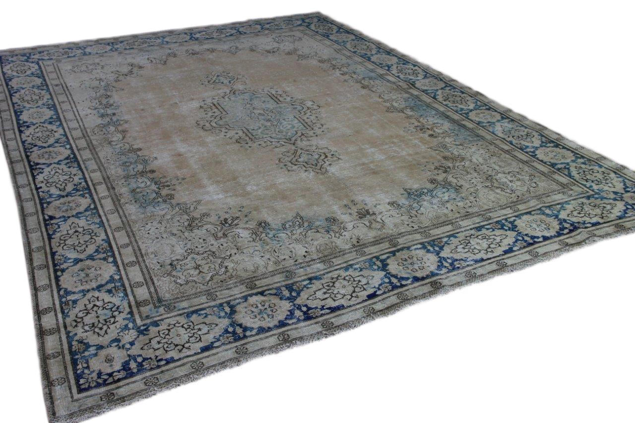 Groot vintage vloerkleed   409cm x 299cm zandkleur met blauw